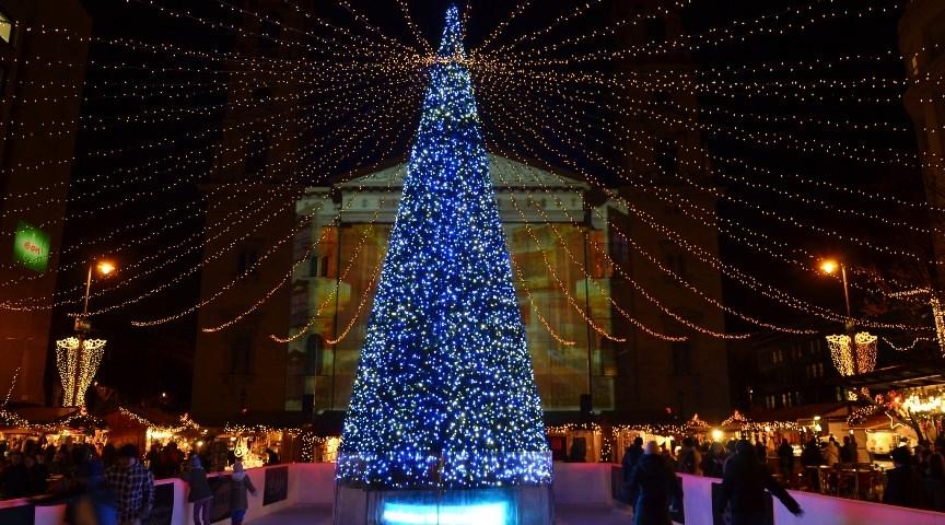 Рождественская ярмарка на площади Верешмарти в Будапеште