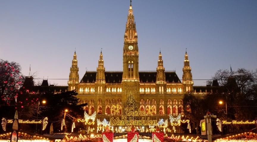Рождественская ярмарка рядом с Ратушей в Вене