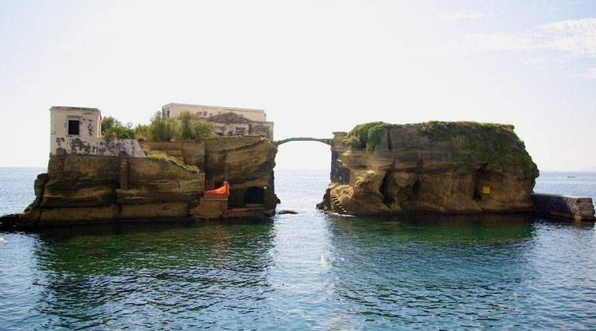 Острова Гайола, Италия