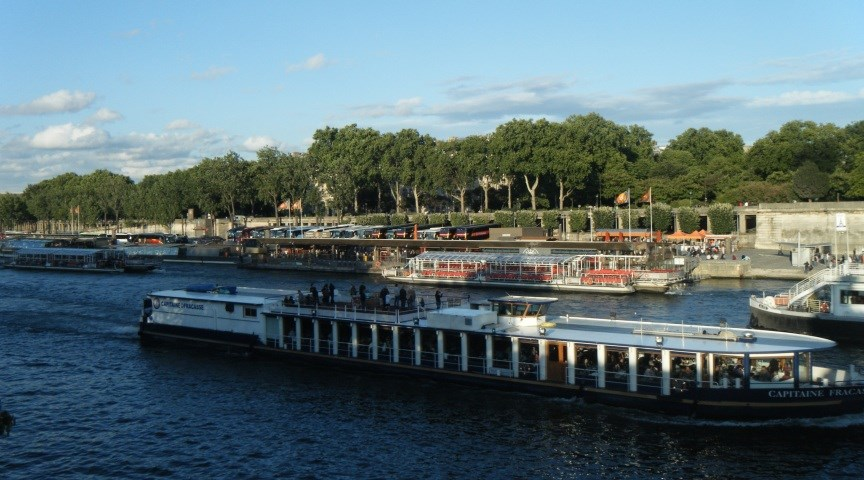Прокатитесь на речном трамвайчике в Париже