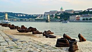 Фото Обувь на набережной Дуная