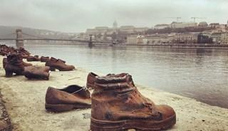 Превью фото о Обуви на набережной Дуная