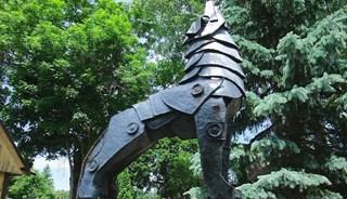 Превью фото о Скульптуре «Волк в рыцарских доспехах»