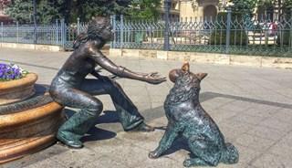 Фото Скульптура «Девочка, играющая с собакой»