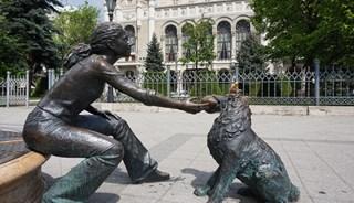 Превью фото о Скульптуре Девочка, играющая с собакой
