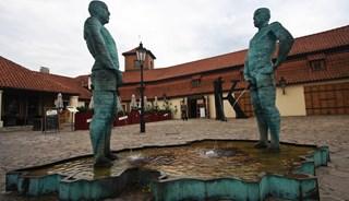 Фото Скульптура-фонтан «Писающие мужчины»
